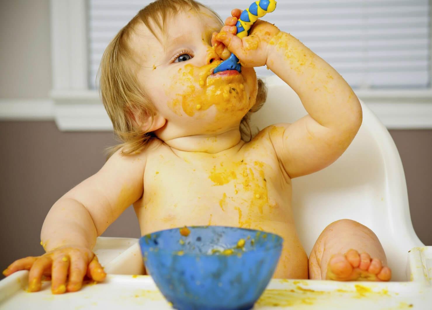 Ребенок кушает, самостоятельно