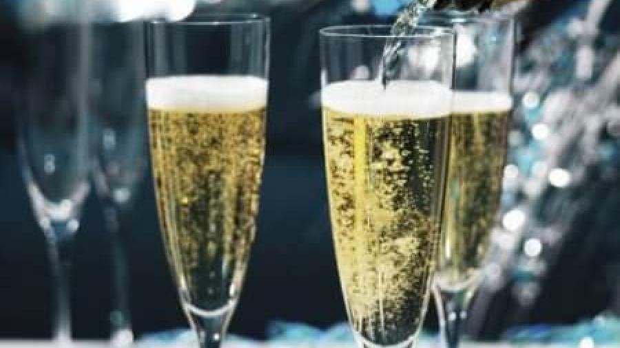 Можно ли кормящей маме шампанское?