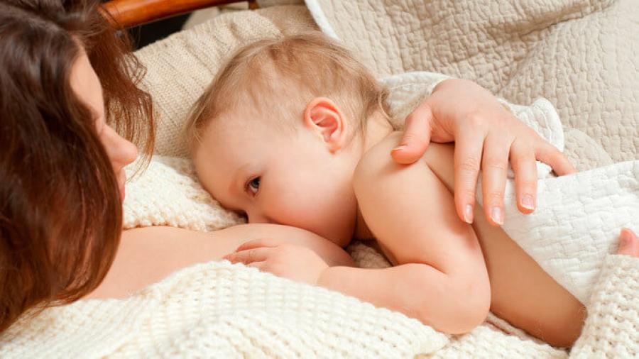 Кормление ребенка лежа